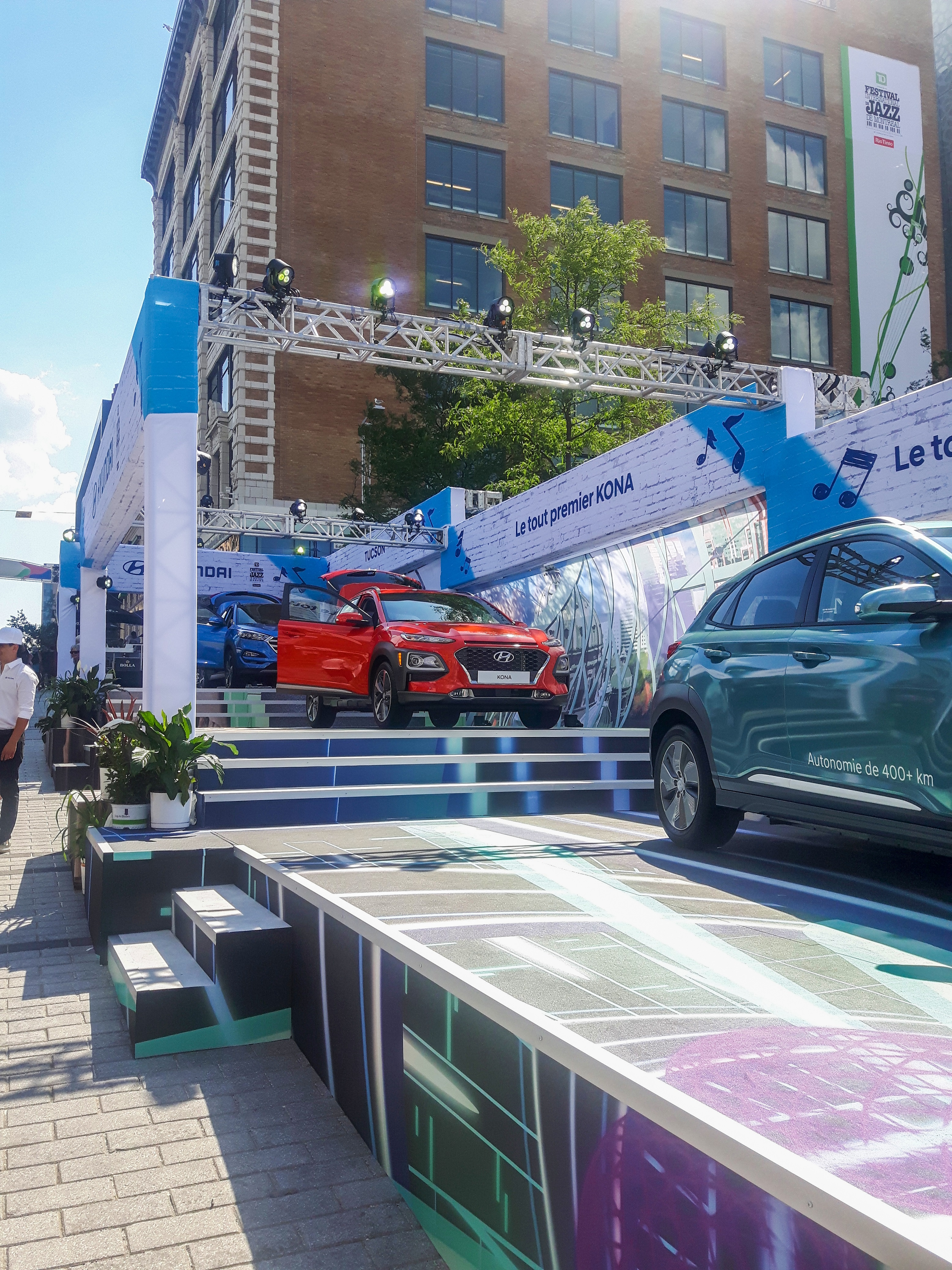 Local large-format PSP PNH Solutions (pnh.ca) was tapped to engineer three multilevel, fully custom, branded viewing docks for the cars measuring 30 x 13 x 12, 32 x 13 x 20, and 48 x 13 x 20 feet.